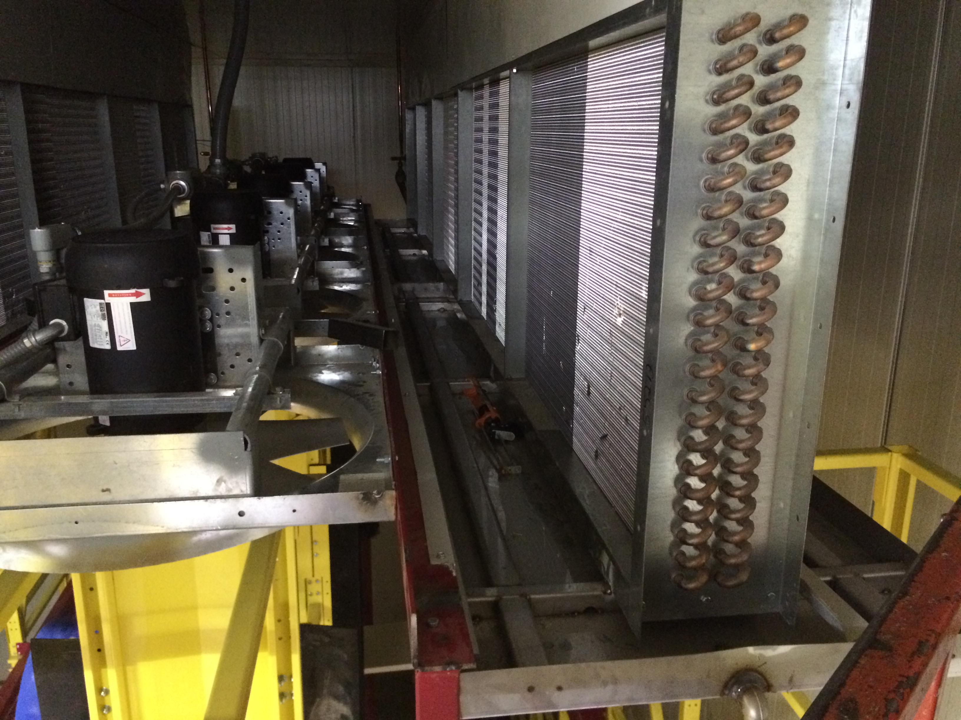 parte interna del sistema de evaporación ( 2 serpentines de avaporadores y 5 ventiladores reversibles)